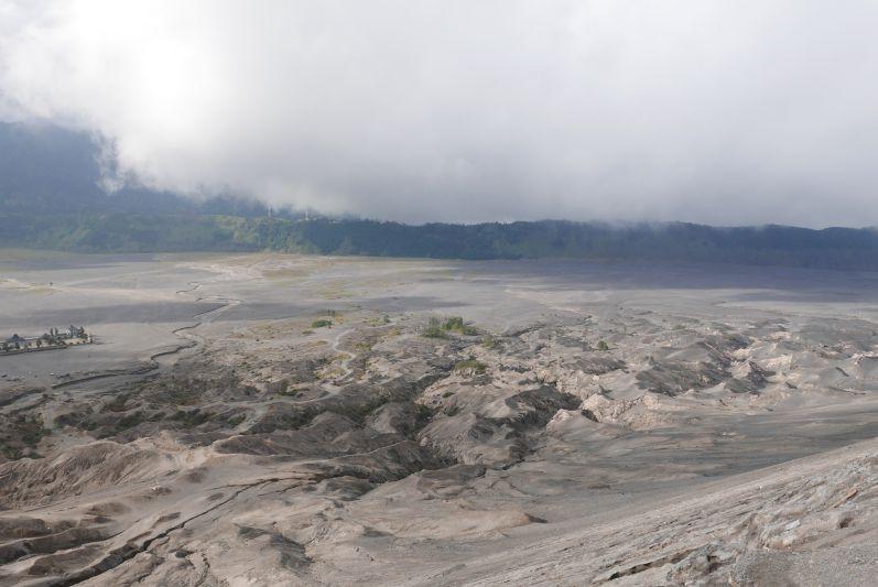 Die mondähnliche Landschaft um den Vulkan