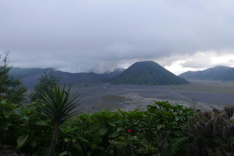 Der Bromo ist der rauchende Berg, der eigentlich gar nicht wie ein Berg aussieht