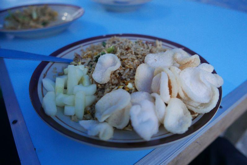 Nasi Goreng mit Reis-Chips und eingelegten Gurken