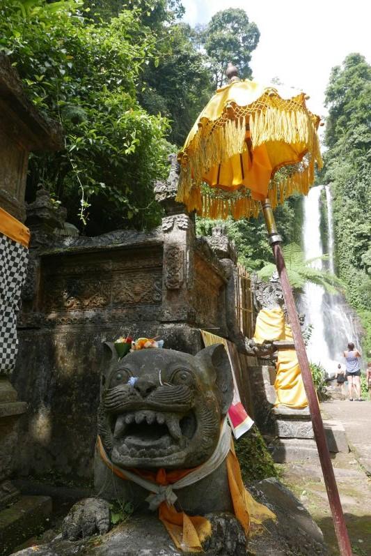 Hinduistischer Schrein am Wasserfall