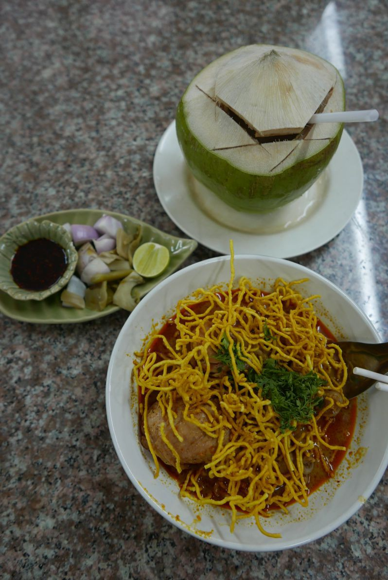 Khao Soi (die Kokosnuss eignet sich prima zum Ablöschen der Schärfe)