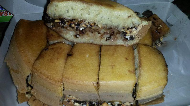 Martabak manis (süßer Pancake) mit sehr viel Schokolade