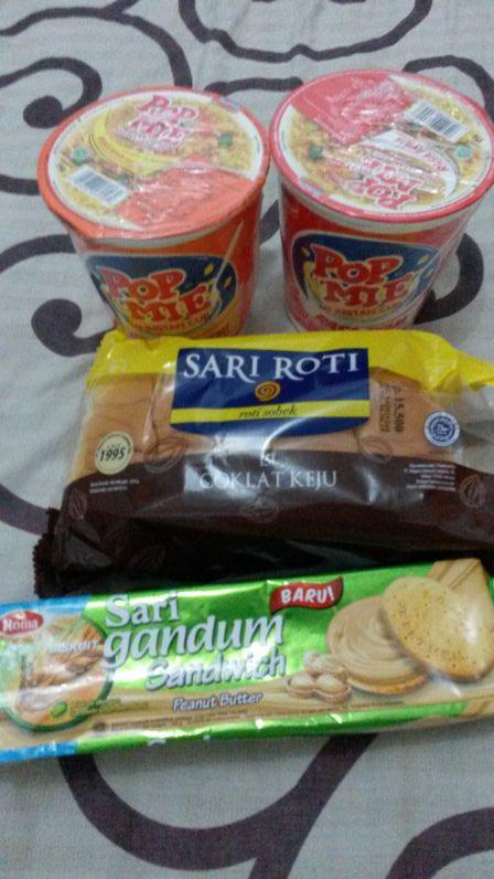 Indonesische Snacks: Pop Mie (Instant Nudeln), Roti (Milchbrötchen gefüllt mit Schokolade - gibts auch mit Schoko-Käse-Füllung), Erdnussbutter-Kekse