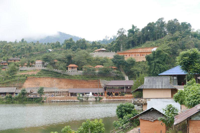 Erinnert schon ein wenig an das chinesische Show-Dorf von Pai