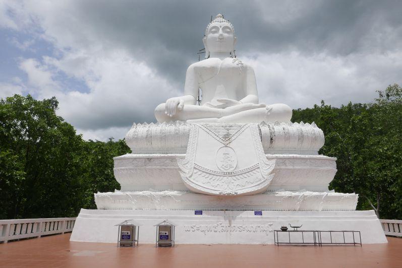 ... brachte uns zu der Buddha-Statue