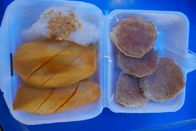 Mango mit Sticky Rice und Mini-Kokos-Pancakes
