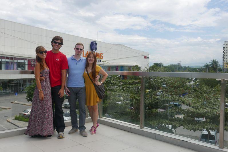 Da stehen wir gerade mit dem Brautpaar auf dem Dach einer Mall