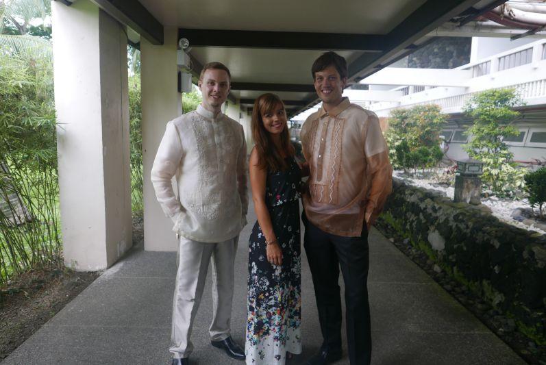 Der Bräutigam (links) und wir fertig zurechtgemacht (Basti trägt ein traditionelles Groomsman-Outfit, das zum Glück gepasst hat)