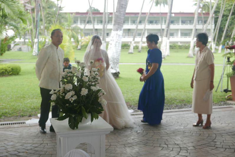 Und endlich ... die Braut, die von ihren Eltern zum Bräutigam geführt wird