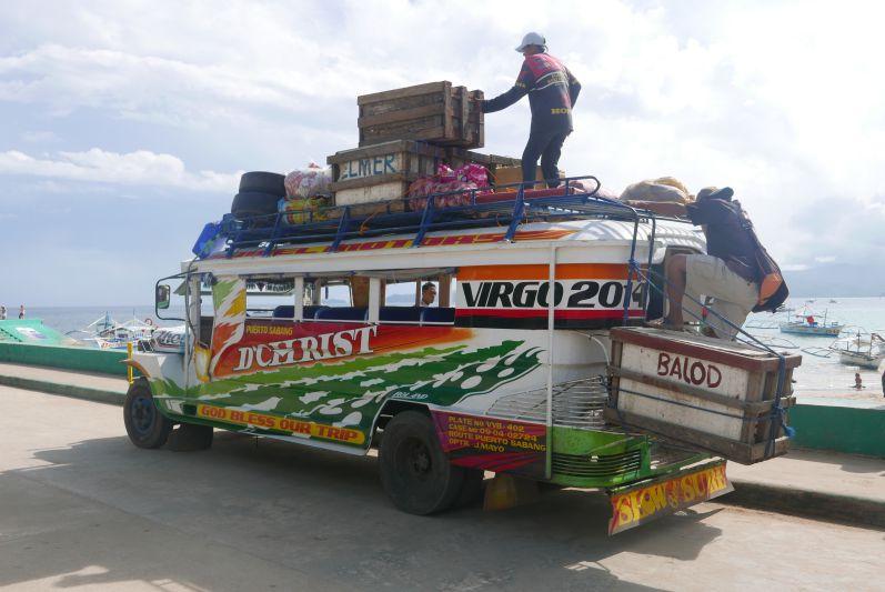 So sieht ein Jeepney übrigens aus, wenn er voll beladen ist :)