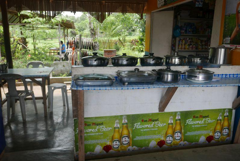 So sieht ein Straßen-Restaurant auf den Philippinen aus: in den Töpfen ist Gemüse, Fisch oder Fleisch - man nimmt dann einfach, worauf man gerade Lust hat