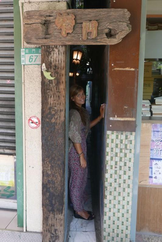 Diese schmale Gasse führt zum Narrow Door Cafe