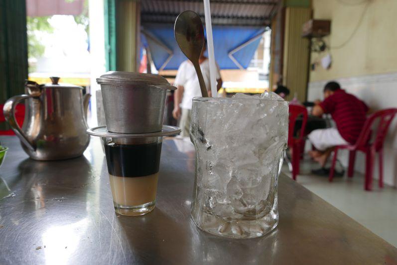 Kondensmilch, sehr starker Kaffee und Eis - die perfekte Kombination