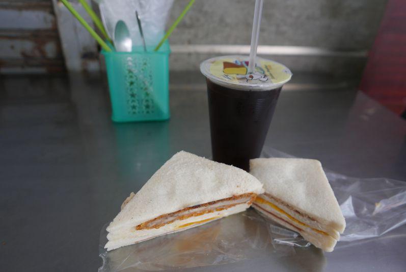 Schwarzer Eistee und Sandwiches