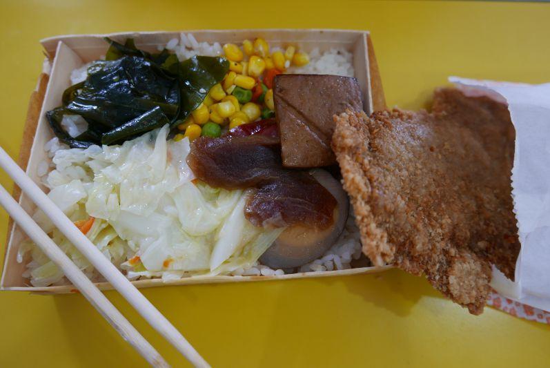 Reisbox mit einen riesigen Hühnchen-Schnitzel