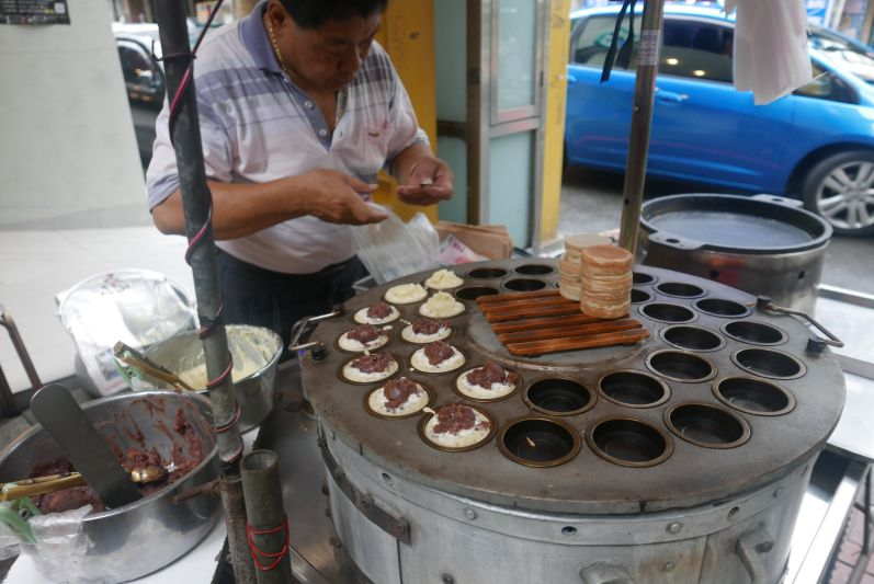 Eine Art Mini-Pfannkuchen mit Red-Bean-Füllung