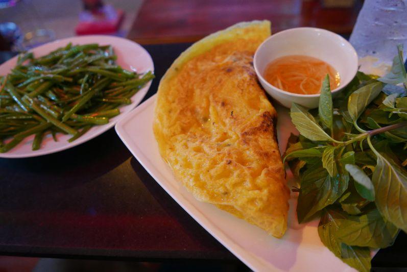 Banh Xeo ist ein vietnamesischer Pfannkuchen, der mit Shrimps, Schweinefleisch und Sprossen gefüllt ist