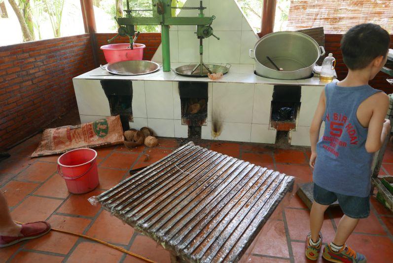 Diese Geräte werden für die Herstellung der Kokos-Süßigkeiten genutzt