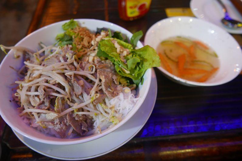 Bun Bo Nam Bo ist eine Art Reisnudel-Salat mit Rindfleisch