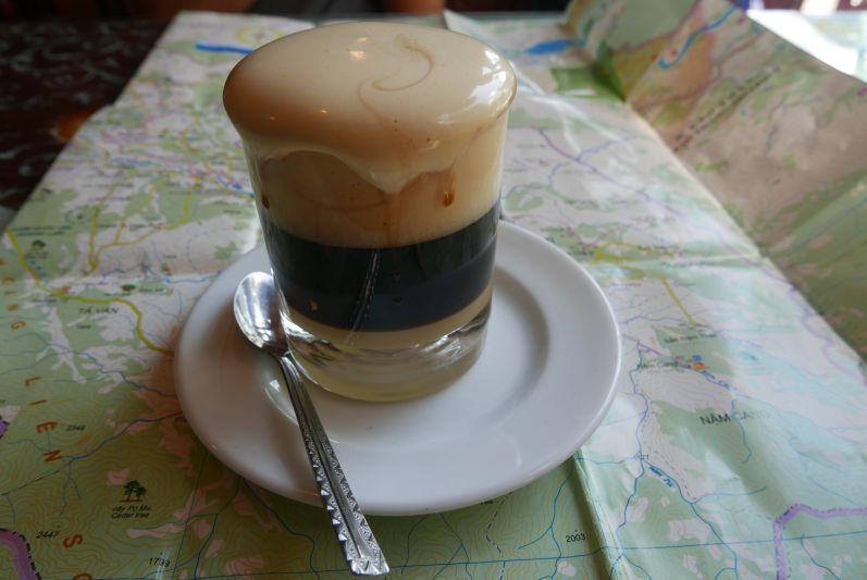 Ei-Kaffee besteht aus einer cremigen und süßen Eiermasse, Kaffee und süßer Milch (von oben nach unten)