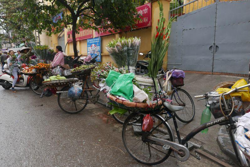 Fahrraeder_Straßenverkaeufer_Hanoi_travel2eat