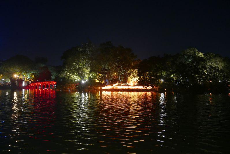 See und Tempel bei Nacht