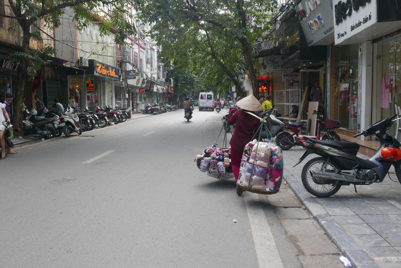 Straßenverkaeuferinnen_Hanoi_travel2eat (2)
