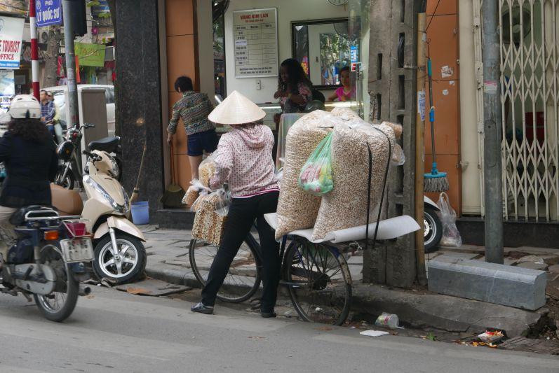 Straßenverkaeuferinnen_Hanoi_travel2eat (3)
