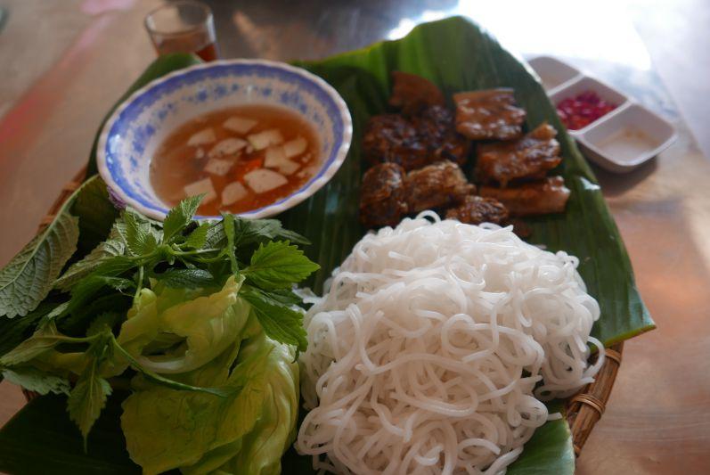 Bun Cha (gegrilltes Schweinefleisch, Reisnudeln, Suppe und Salat)