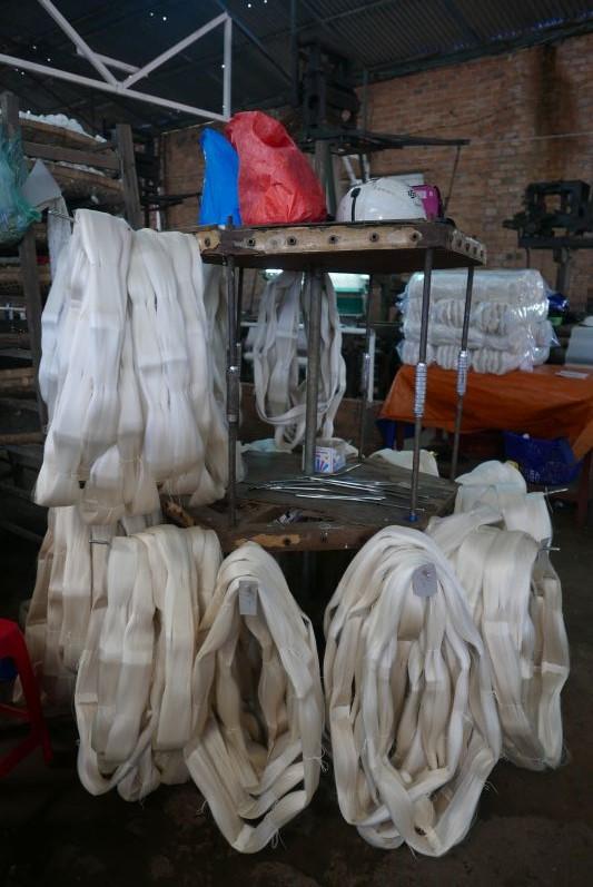 Aufgerollte Seidenfäden, die dann zu Schals & Co. verarbeitet werden