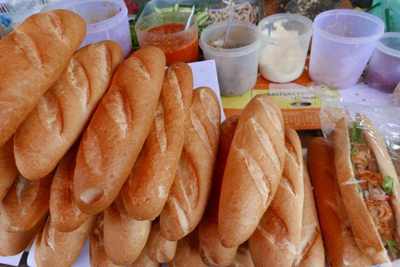 Die Hauptstadt ist sehr französisch geprägt: Es gibt viele Baguettes, Croissants, Tartes, usw.
