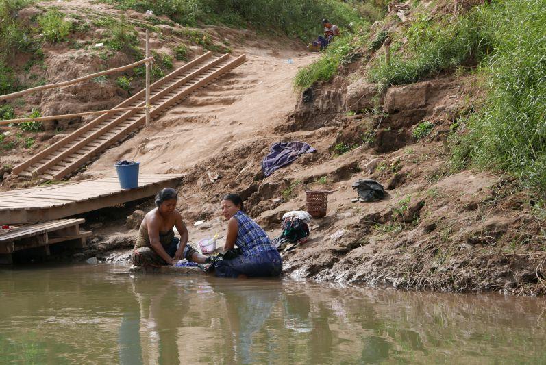 Anfahrt auf Inwa: In Myanmar waschen die Frauen ihre Wäsche und sich selbst im Fluss