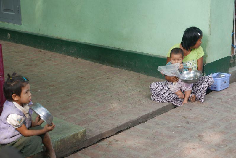 Mittagessen_Moenche_Mandalay_Myanmar_travel2eat (1)