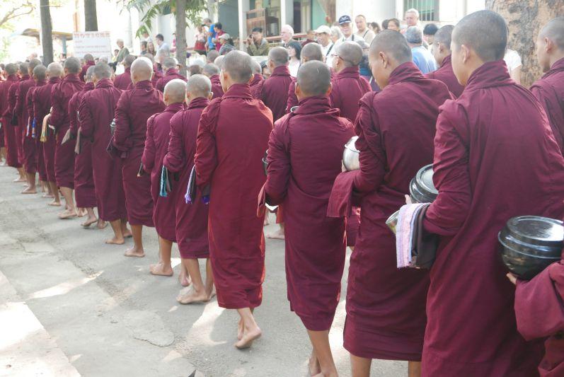 Mittagessen_Moenche_Mandalay_Myanmar_travel2eat (3)