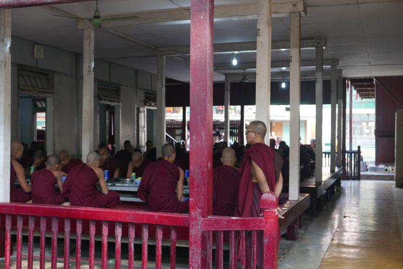Mittagessen_Moenche_Mandalay_Myanmar_travel2eat (4)