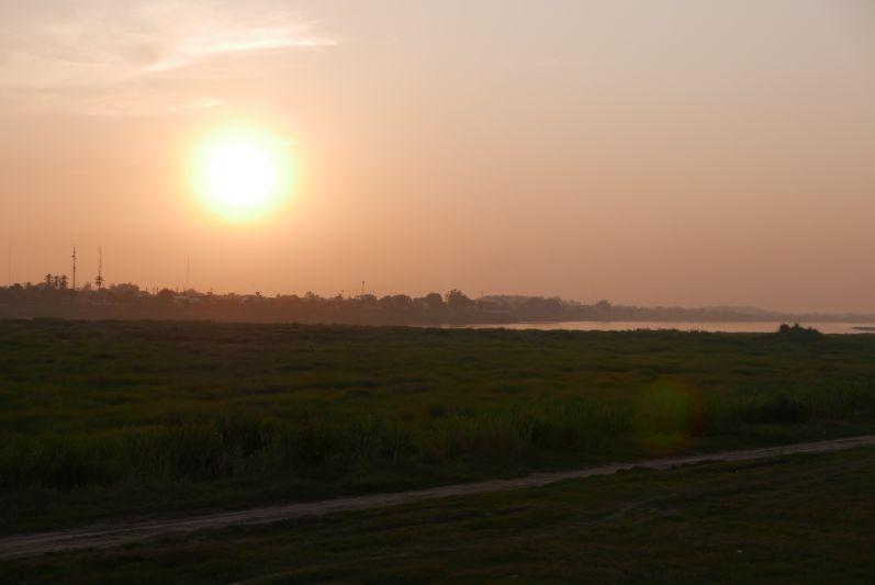Sonnenuntergang am Mekong (hinten im Bild sehr ihr Thailand, vorne Laos)
