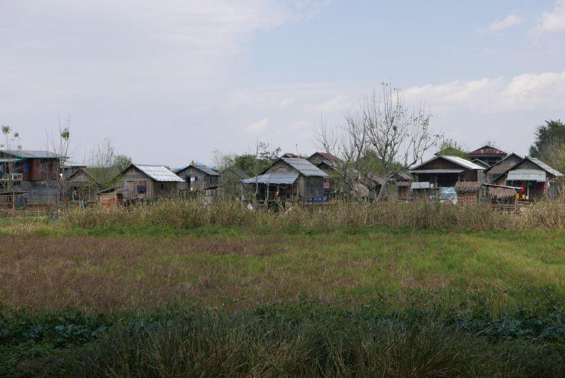 Der Weg führt auch an kleinen Dörfern vorbei