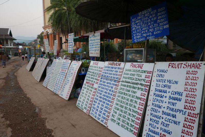 In Vang Vieng gibt es unzählige Sandwich-/Pancake-/Saft-Stände