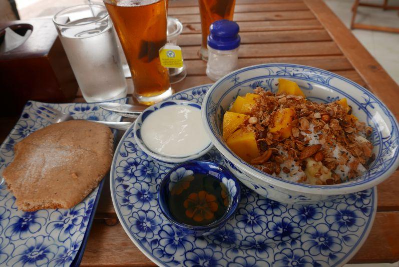 Erdnussbutter-Riesenkeks mit Obstsalat, Müsli und Joghurt im Epic Arts Café