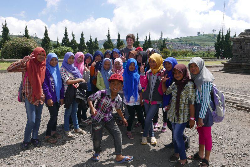 Indonesische Kinder machen gerne Foros mit Weißen :)