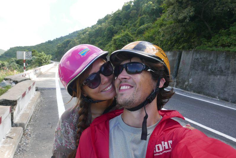 Moped sind wir in ganz Asien sehr oft gefahren (mit lustigen Helmen)