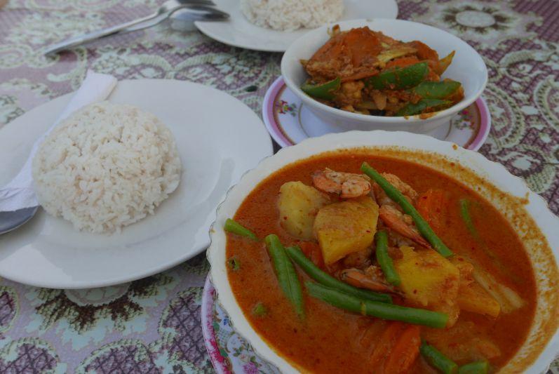 Rotes Curry (im Vordergrund) und Amok