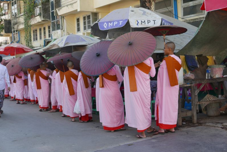 Weibliche Mönche in Yangon