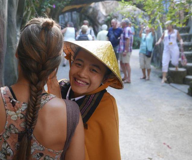 Diese junge Frau wollte mir in Dalat (Vietnam) unbedingt die Haare flechten