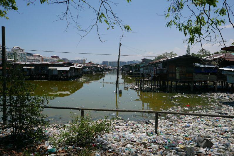 Dieses Bild ist in Kota Kinabalu (Malaysia/Borneo) entstanden - dort haben die Armen quasi im Müll gelebt