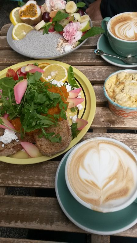 Kürbis-, Feta- und Avocado-Brot mit Rührei und leckerem Flat White bei Flora & Fauna in Northbridge