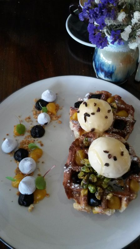 Waffeln mit hausgemachtem Honig-Eis im Shouk Café (Brisbane