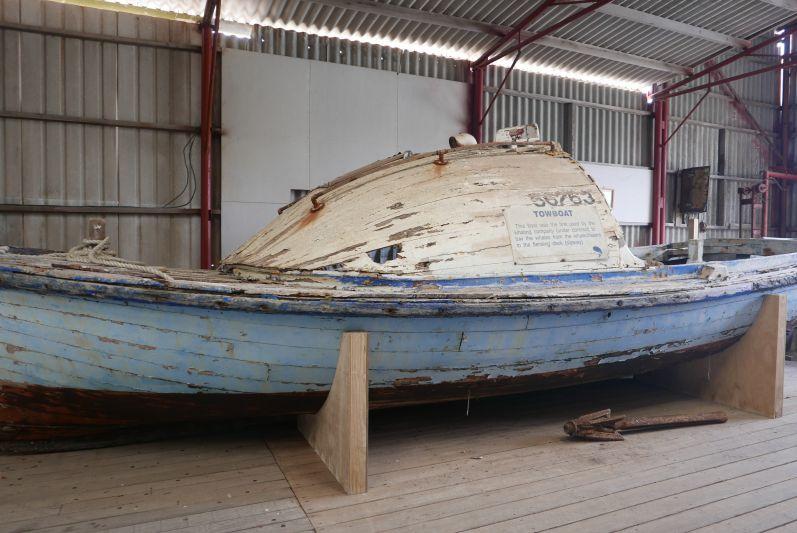 Dieses kleine Boot hat die Wale damals an Land geschleppt