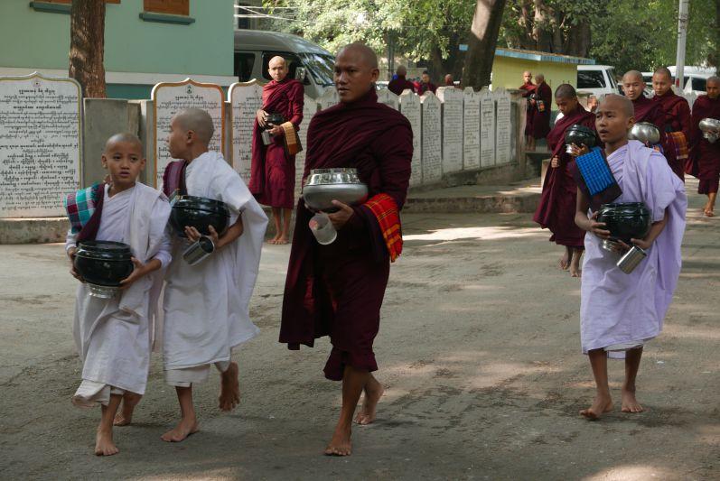 Mönche in der Nähe von Mandalay